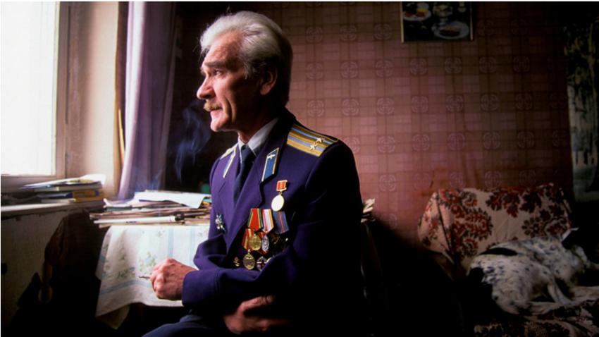 Stanislav Petrov v svoji vojaški uniformi, 1999.