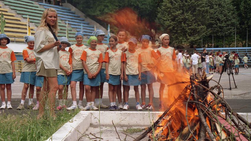 """Lingkungan sosial di kamp """"Artek"""" diciptakan secara khusus agar anak-anak bisa berkomunikasi dengan teman-teman sebayanya dari negara lain dengan bahasa Rusia."""