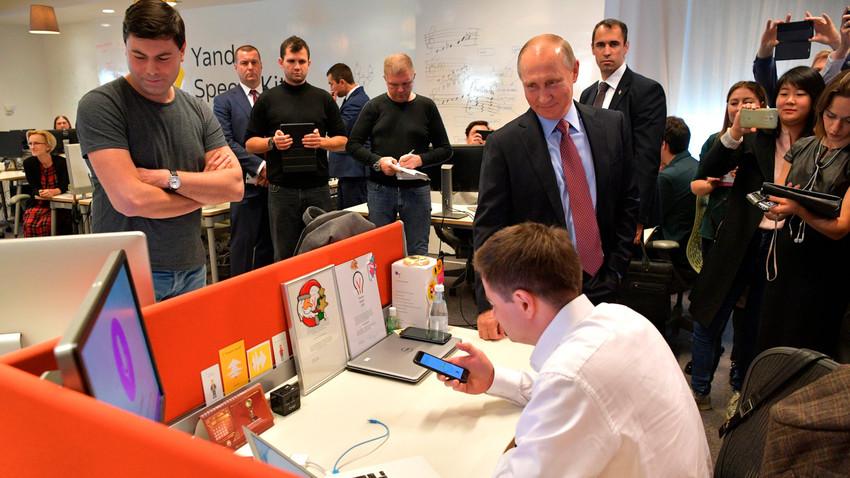 """Wladimir Putin unterhält sich mit Yandex' """"Alisa"""""""