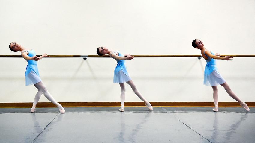 Ученици в час в Академията по балет на Болшой.