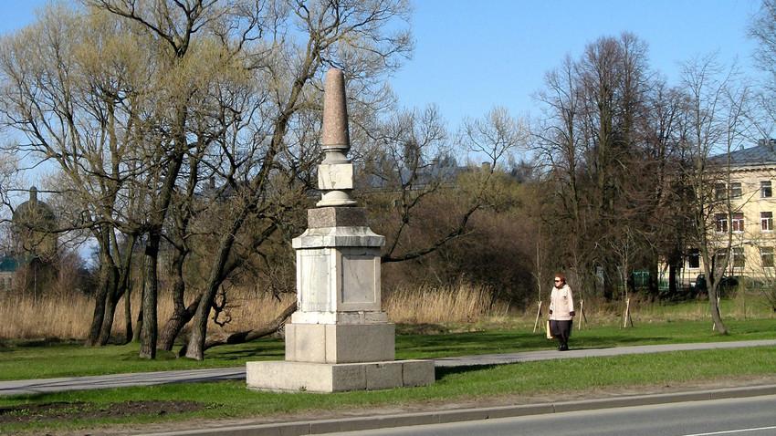 Marco de pedra em Strelna, São Petersburgo