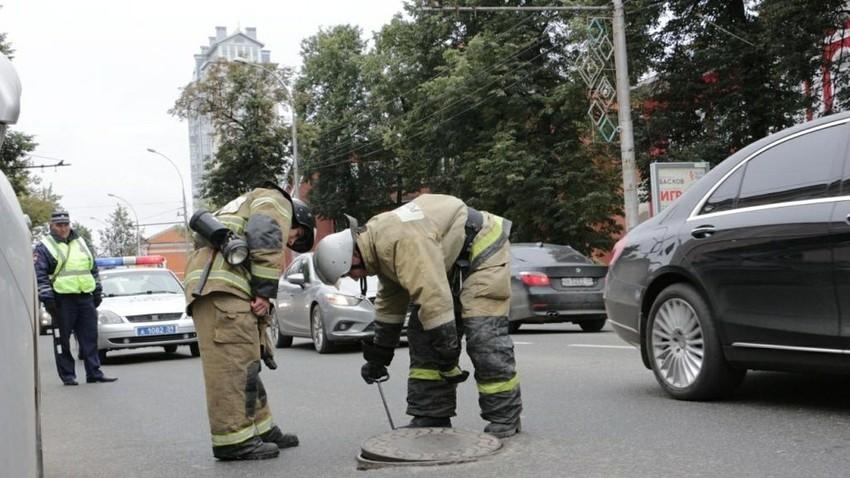 Petugas keamanan memeriksa fasilitas-fasilitas publik yang dicurigai terpasang bom.