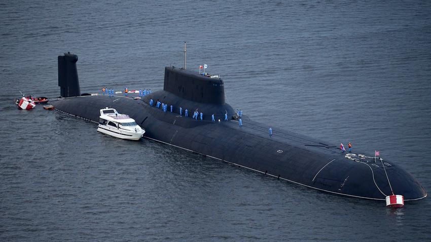 """Нуклеарната подморница TK-208 """"Дмитриј Донски"""" пристигнува во поморската база Ленинград на руската Балтичка флота во градот Кронштат на островот Котлин."""