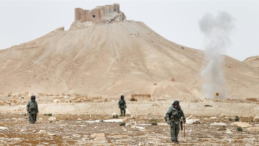 Para penjinak bom dari Rusia sedang membersihkan ranjau darat di Suriah.