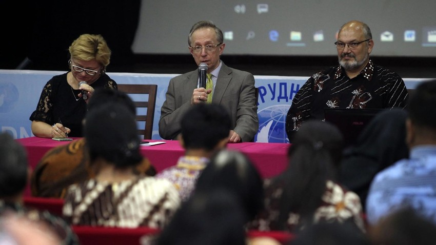 Duta Besar Federasi Rusia untuk Indonesia Mikhail Galuzin (tengah) mengucapkan selamat pada para pelajar Indonesia penerima beasiswa pemerintah Rusia tahun 2017 di Pusat Kebudayaan Rusia, Jakarta.
