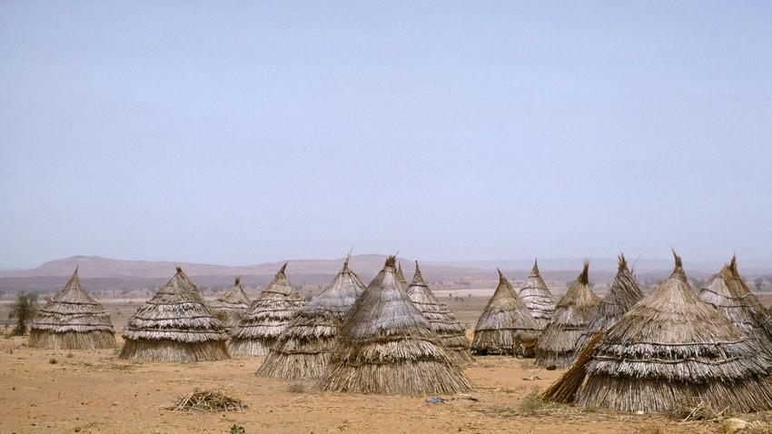 Rumah-rumah tradisional di pedesaan yang gersang di Niger.