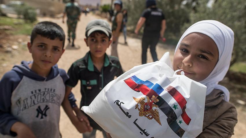 Selain mendirikan rumah sakit sementara, Pusat Rekonsiliasi Rusia untuk Suriah juga mengirim dua metrik ton bantuan kemanusiaan untuk warga Aleppo.