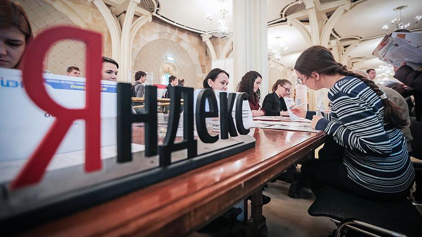 Estande do Yandex durante feira de emprego para deficientes em Moscou