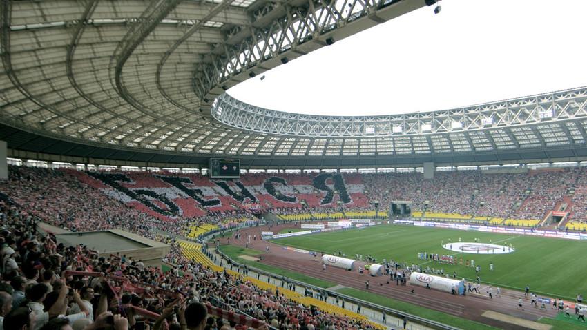 Sebuah stadion sepak bola di Rusia yang dipenuhi para penggemar.