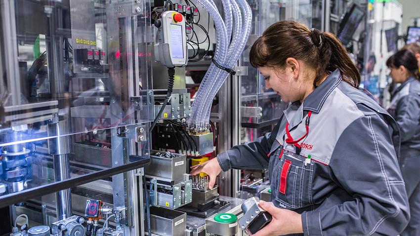 Delavka v tovarni skupine Bosch v Rusiji. Številne ruske industrijske panoge trenutno širijo proizvodnjo.