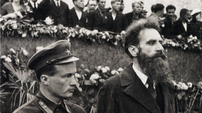 Otto Schmidt (rechts) 1934 nach der Tscheljuskin-Expedition auf dem Roten Platz