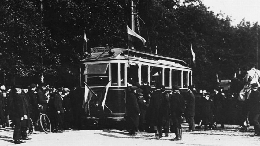 Slavnostna otvoritev prve tramvajske linije v Sankt Peterburgu. Fotografijo je naredil Karl Bulla.