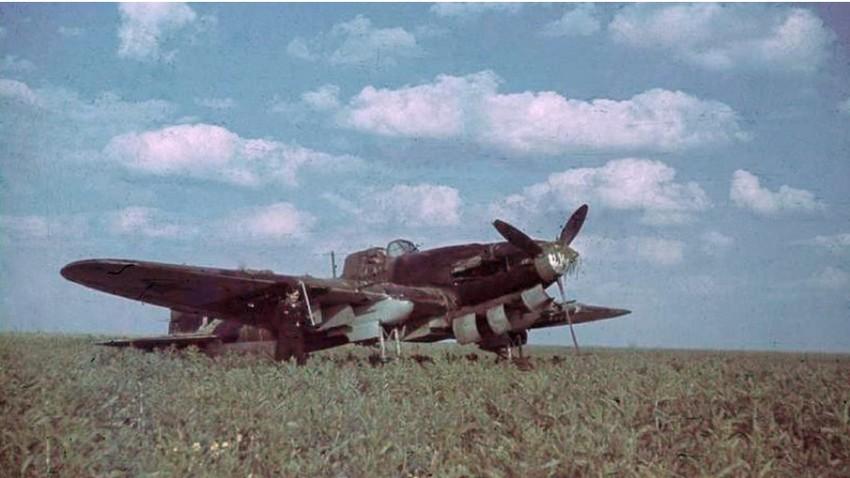 Nemški vojak pozira pred sestreljenim Il-2 v Rusiji.