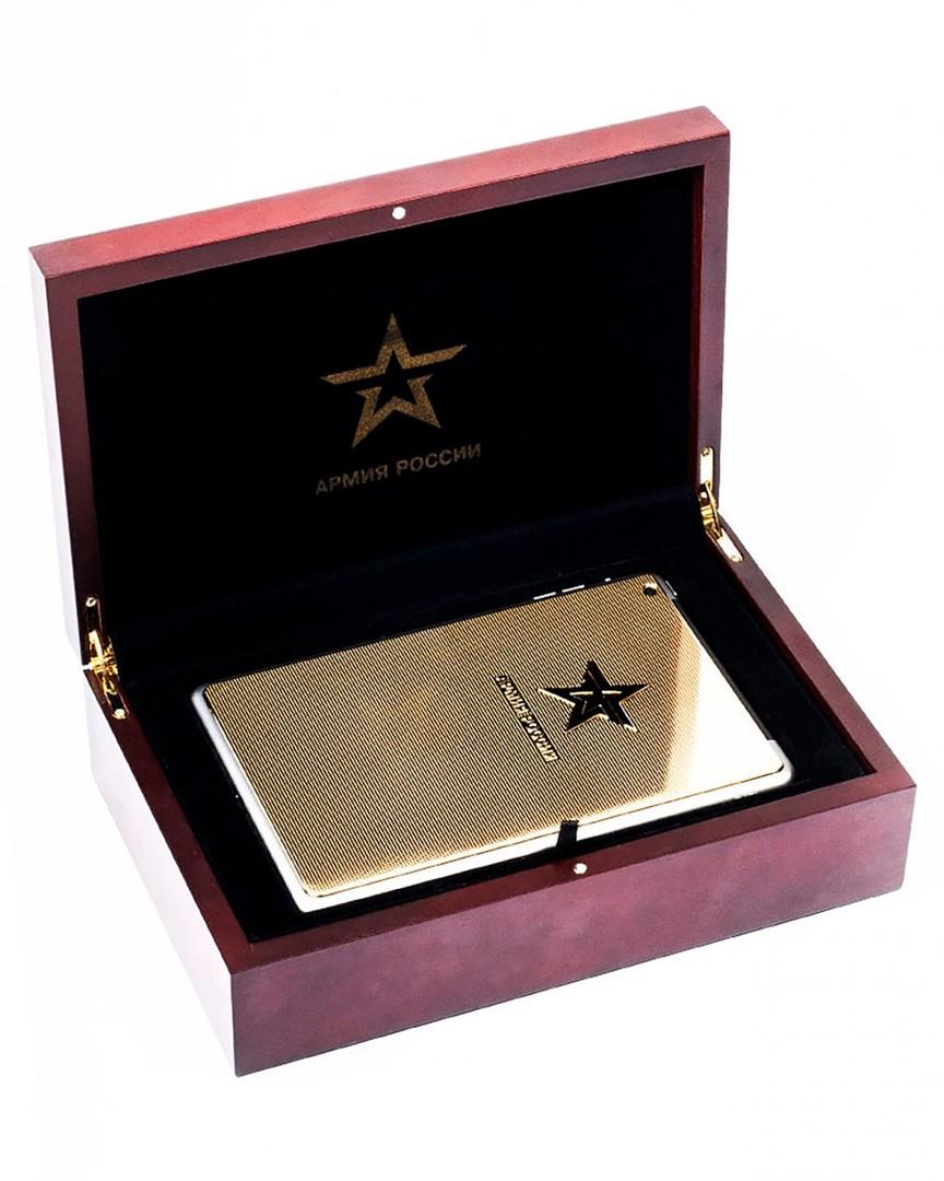 Zlati iPad s spletne strani spletne prodajalne v škatli iz rdečega lesa.