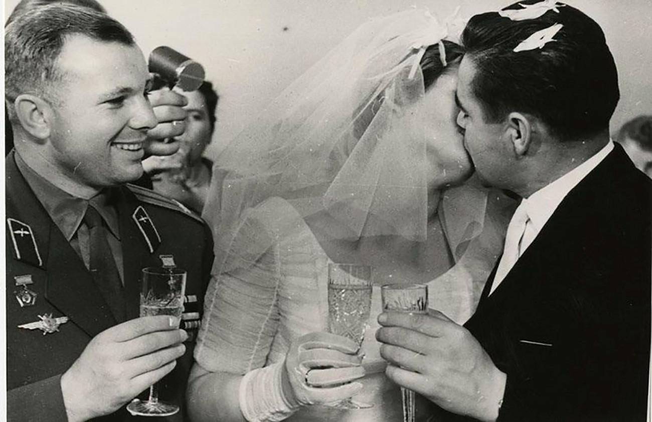 Vjenčanje Valentine Tereškove i Andrijana Nikolajeva. Nikolajev je letio na dva svemirska leta: Vostoku 4 1962. i Sojuzu 9 1970. Na oba je postavio novi rekord izdržljivosti za najduže vrijeme koje je ljudsko biće provelo u orbiti. 3. studenoga 1963. /