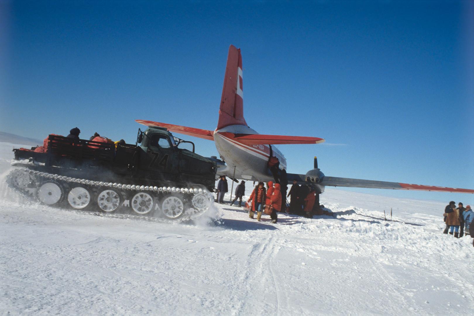 Miembros de la expedición científica femenina a la Antártida en el aeródromo de la estación Vostok.