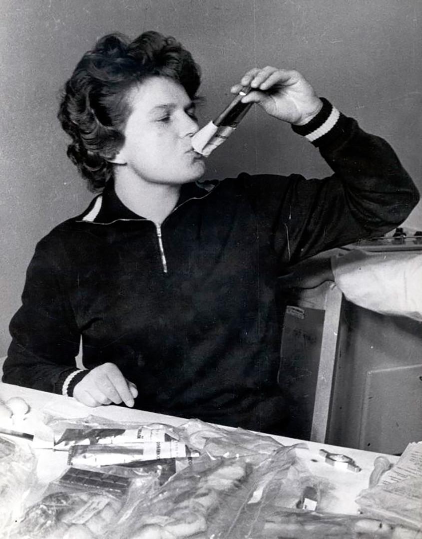 Valentina Tereškova kuša svemirsku hranu prije leta. Tereškova je postala prva žena u svemiru. Njezin je svemirski let 16. lipnja 1963. godine trajao gotovo tri dana - 70 sati i 50 minuta, tijekom kojih je 48 puta orbitirala oko Zemlje. 1963. /