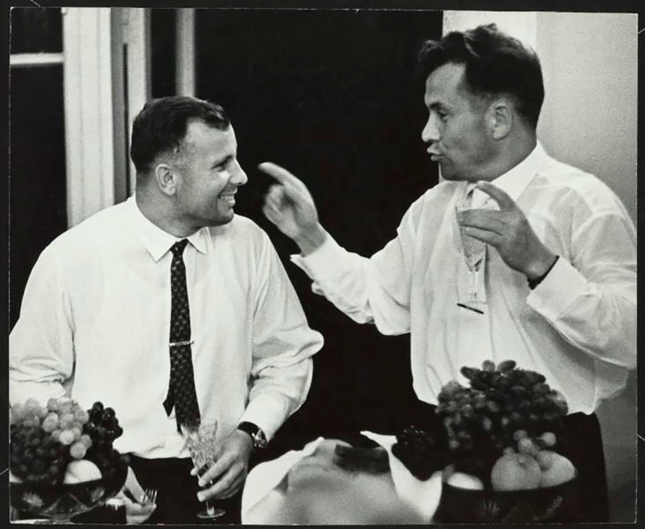 Jurij Gagarin i Pavel Popovič. Popovič je bio četvrti sovjetski kozmonaut u svemiru, šesti čovjek u orbiti i osmi čovjek u svemiru. Smatrali su se jakim kandidatom za prvi let u svemir, ali je, kada je Gagarin izabran za Vostok 1, Popovič služio kao glavni komunikator (CAPCOM) leta. 1962. /