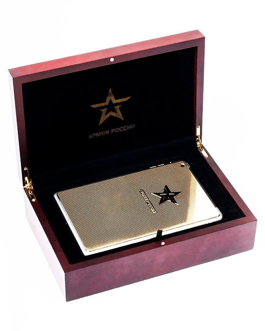 Златен iPad од сајтот на онлајн-продавница во кутија од црвено дрво.
