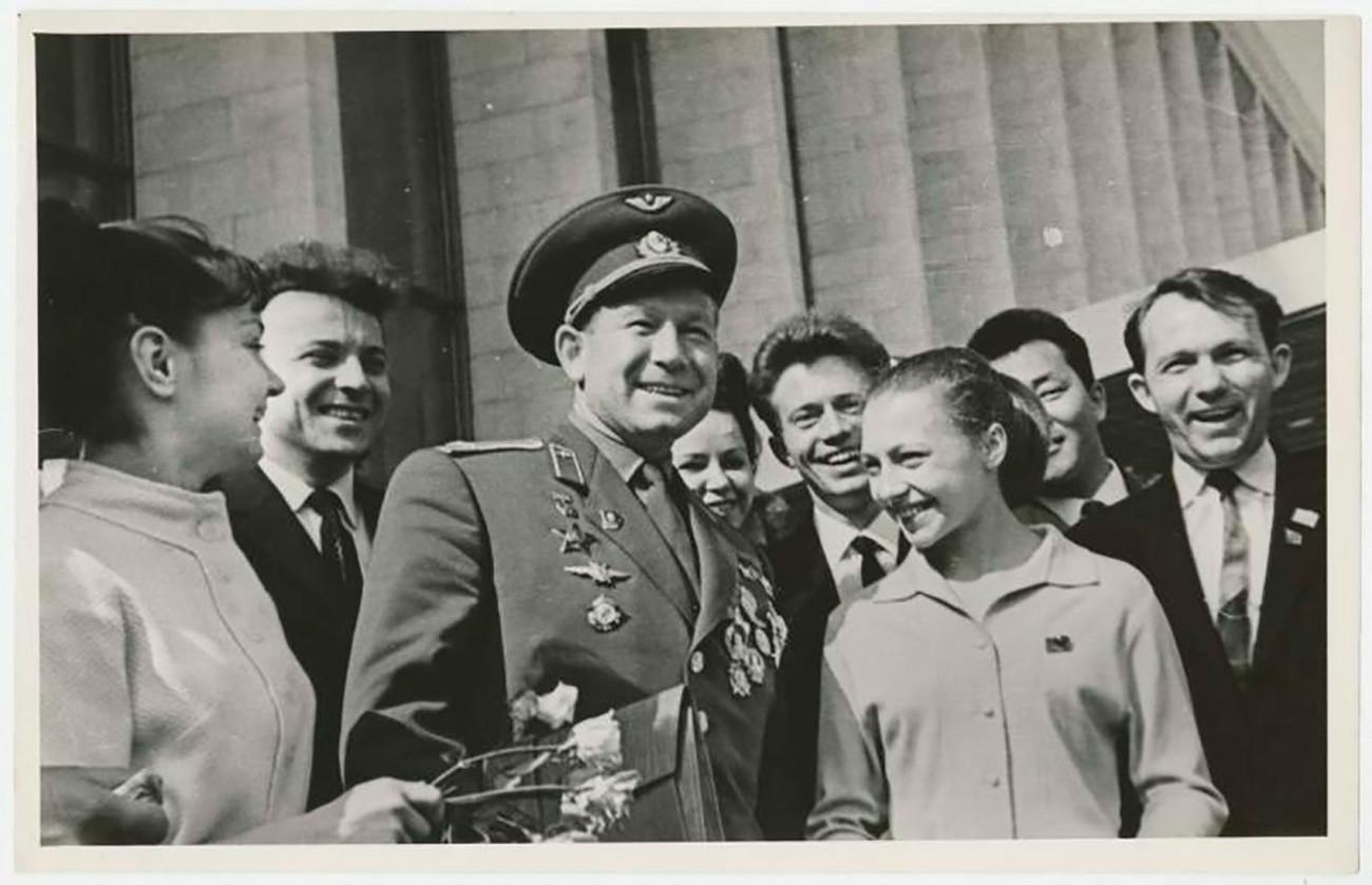 """Космонаут Алексеј Леонов је први човек који је боравио у отвореном свемиру. То се догодило 18. марта 1965. године и трајало је 12 минута. Фотографија је направљена између 1965. и 1969. године. Непознати аутор / Музеј """"Мултимедија Арт"""" у Москви / Московски дом фотографије / russiainphoto.ru"""