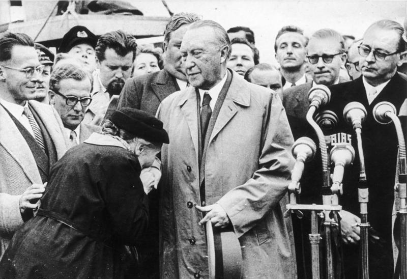 Mutter eines Kriegsgefangenen dankt Adenauer nach seiner Rückkehr aus Moskau am 14. 9. 1955 auf dem Flughafen Köln/Bonn. Adenauer hatte erreicht, daß bis Ende 1955 über 15.000 Kriegsgefangene, Internierte und Zivilverschleppte in die Bundesrepublik Deutschland entlassen wurden.