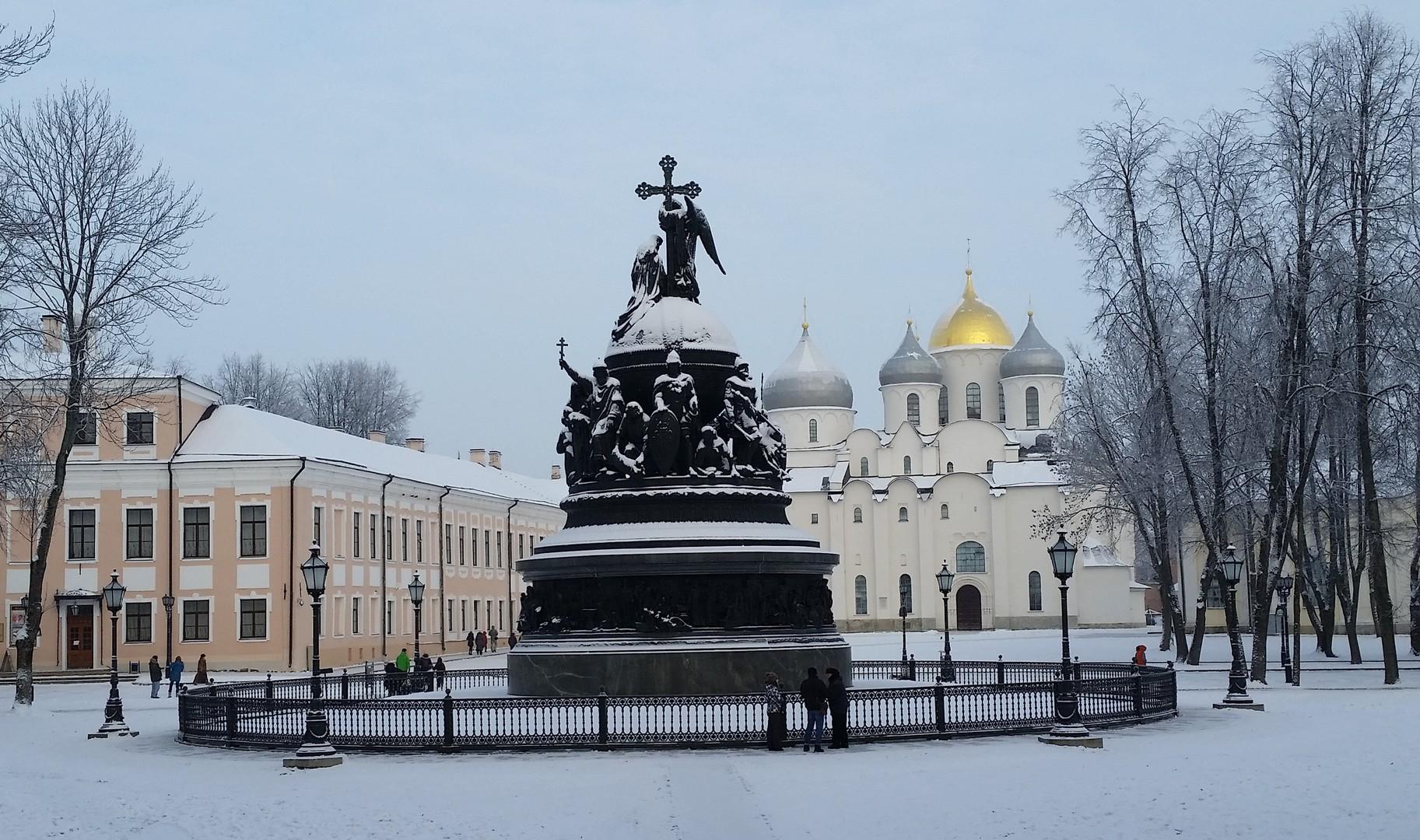 Das Millenium-Denkmal in Welikij Nowgorod ist bis heute ein Touristenmagnet. Es steht inmitten des beeindruckenden Kremls, gegenüber einer der ältesten russischen Kirchen, der Nowgoroder Sophienkathedrale.