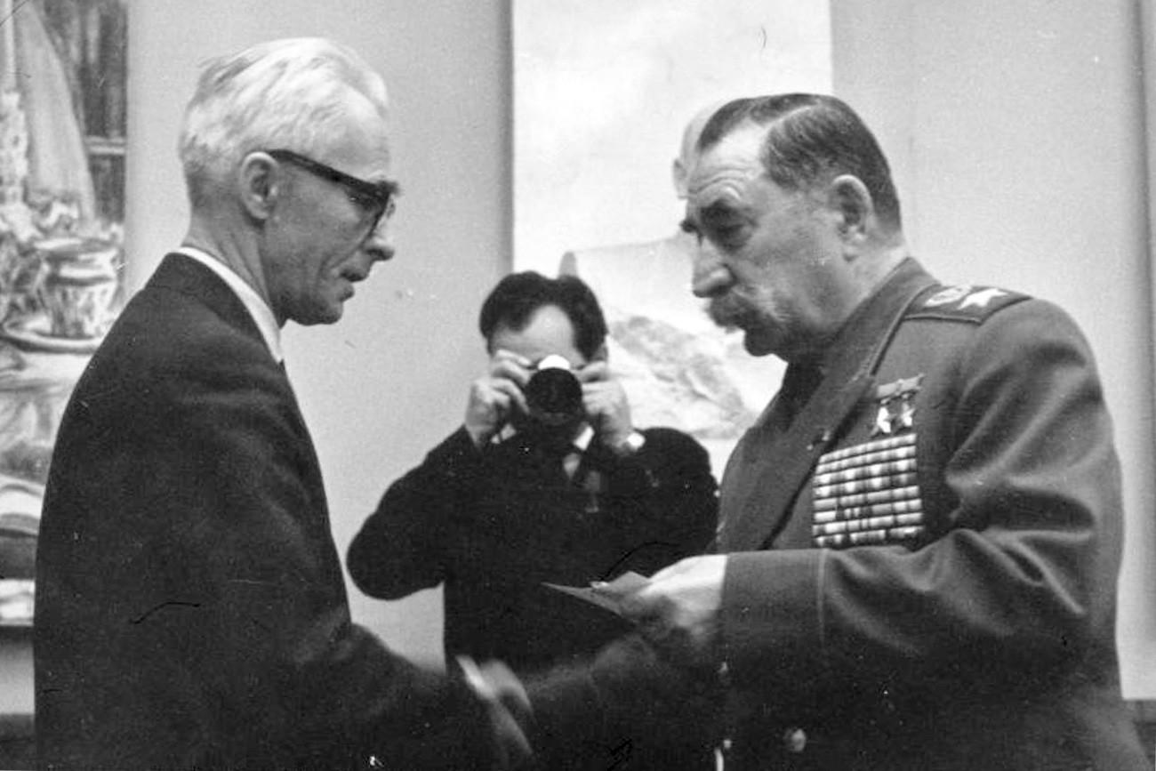 ジャーナリストのセルゲイ・コルシュノフとセミョン・ブジョンヌイ元帥