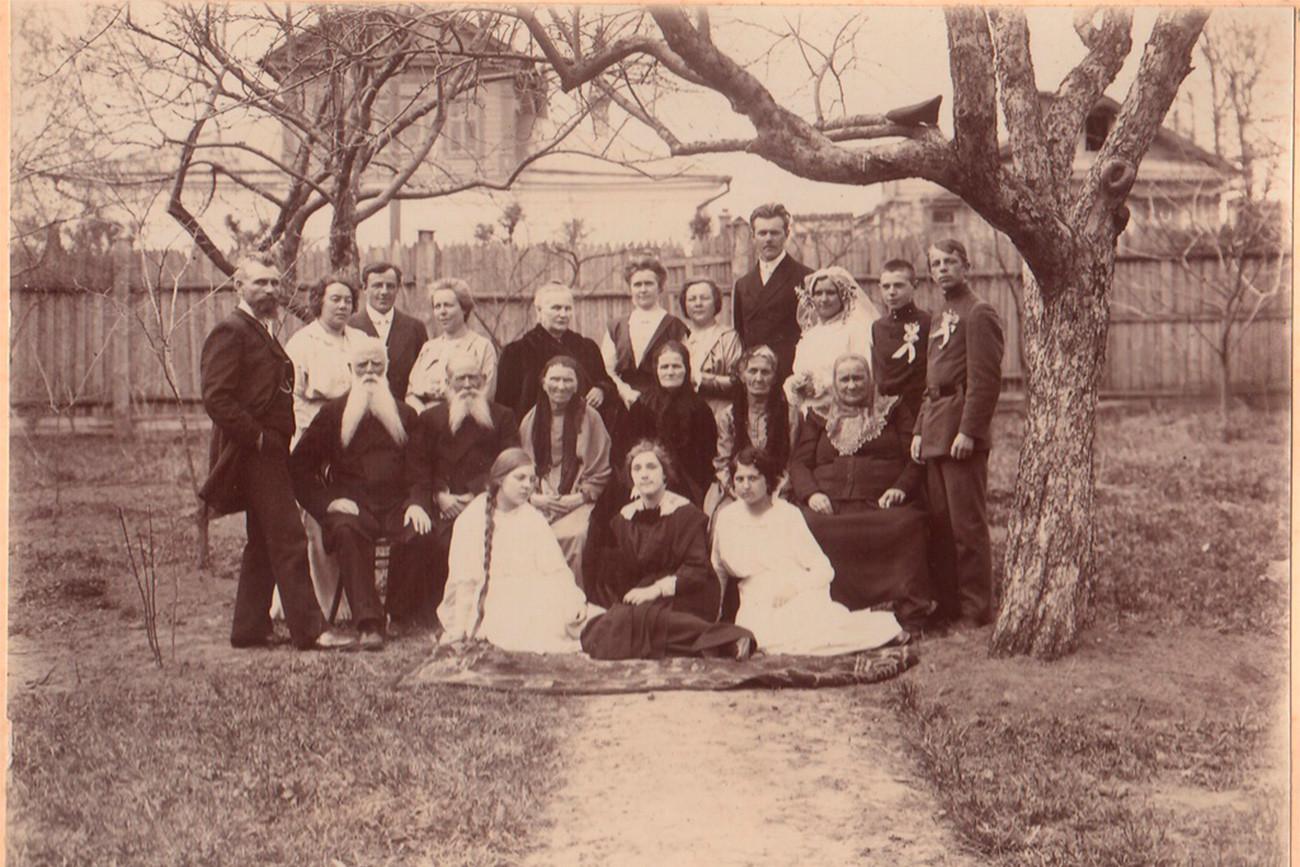 """""""Свадбени воз"""" је била колона која прати младожењу кад иде по невесту, на венчање и током весеља. (Шуја, 1915)"""