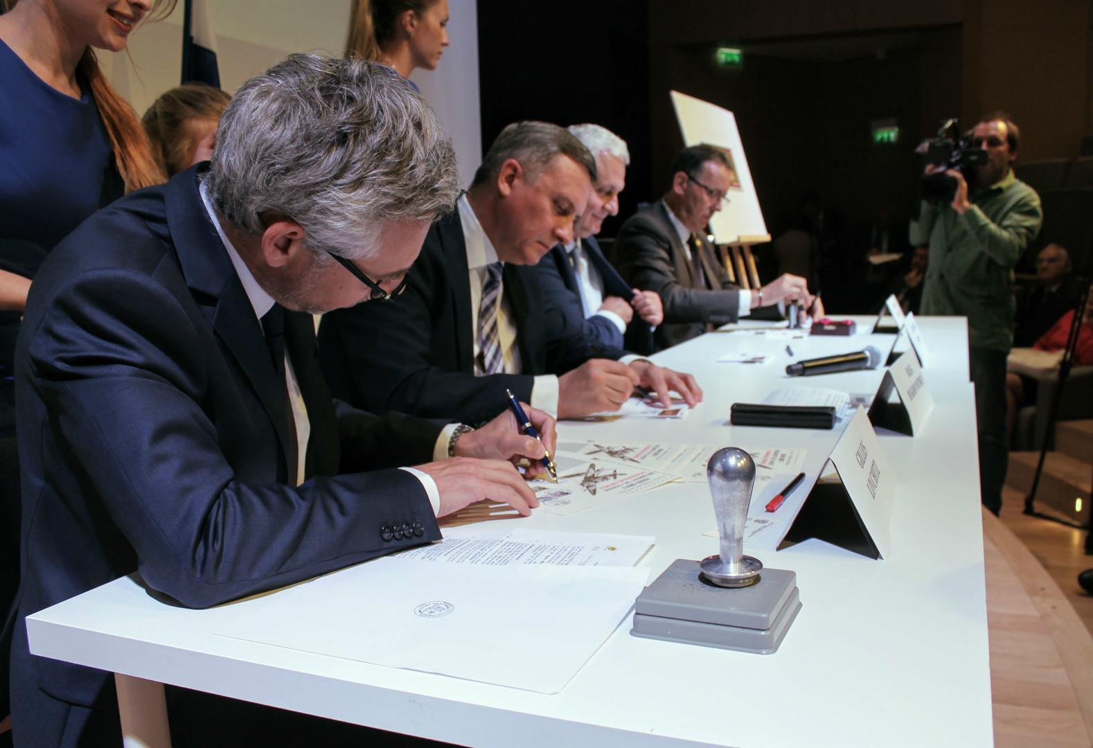 De gauche à droite : M. Gilles Livchitz, directeur de Phil@poste, M. Oleg Doukhovnitskiy, chef de l'Agence fédérale de communication de la Fédération de Russie, S.E.M. Alexandre Orlov, ambassadeur de Russie en France, M. Pierre Rourre, président de l'association Mémorial Normandie-Niémen.
