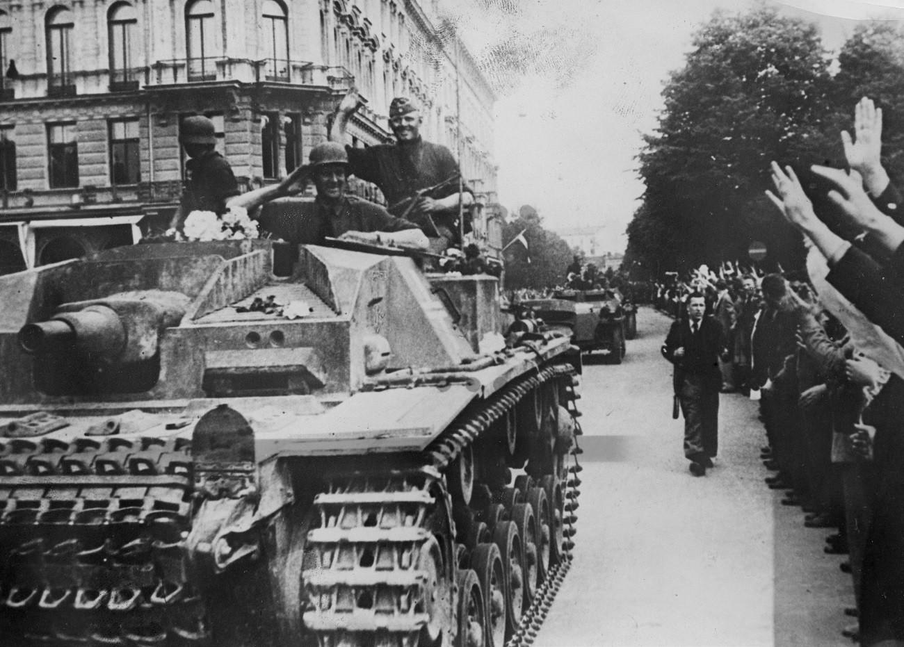 Жителите на Рига приветстват германските войници, юли 1941 г.