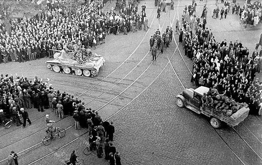 Съветските войски влизат в Рига през 1940 г.