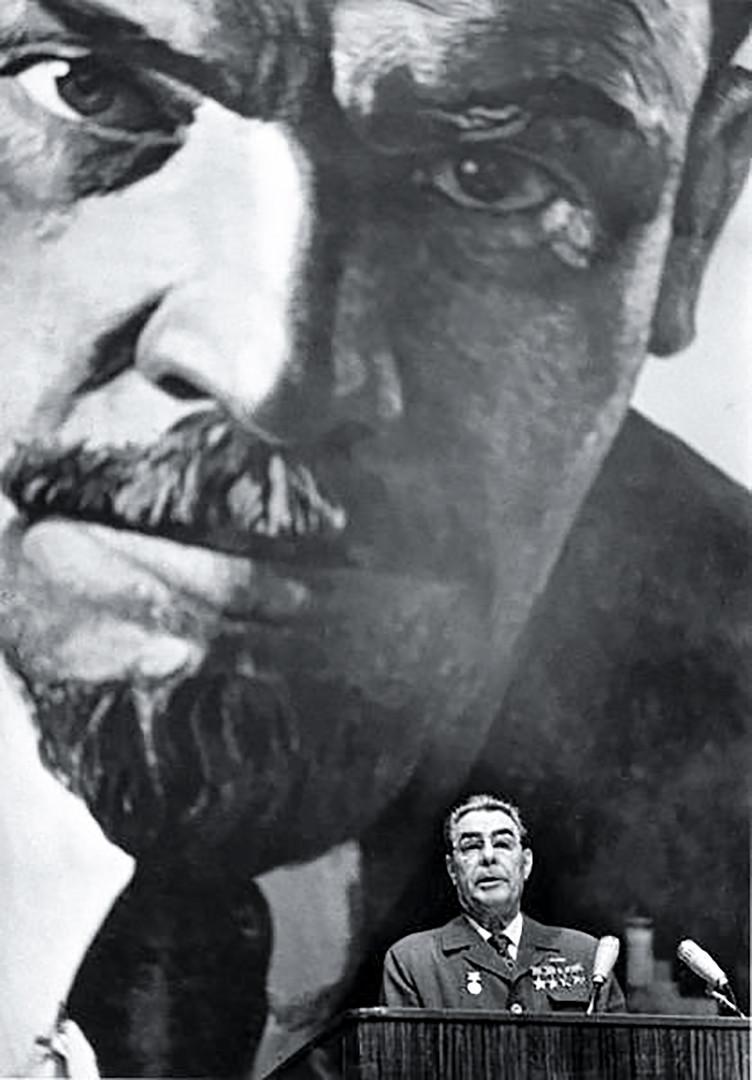 Leonid Brejnev devant le portrait de Lénine.