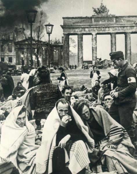 Немски военнопленници край Бранденбургската врата, 1945 г.