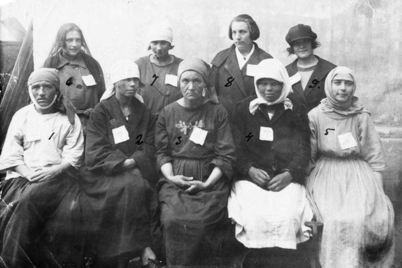 Проститутки с бели листове, заловени от полицията в Руската империя.