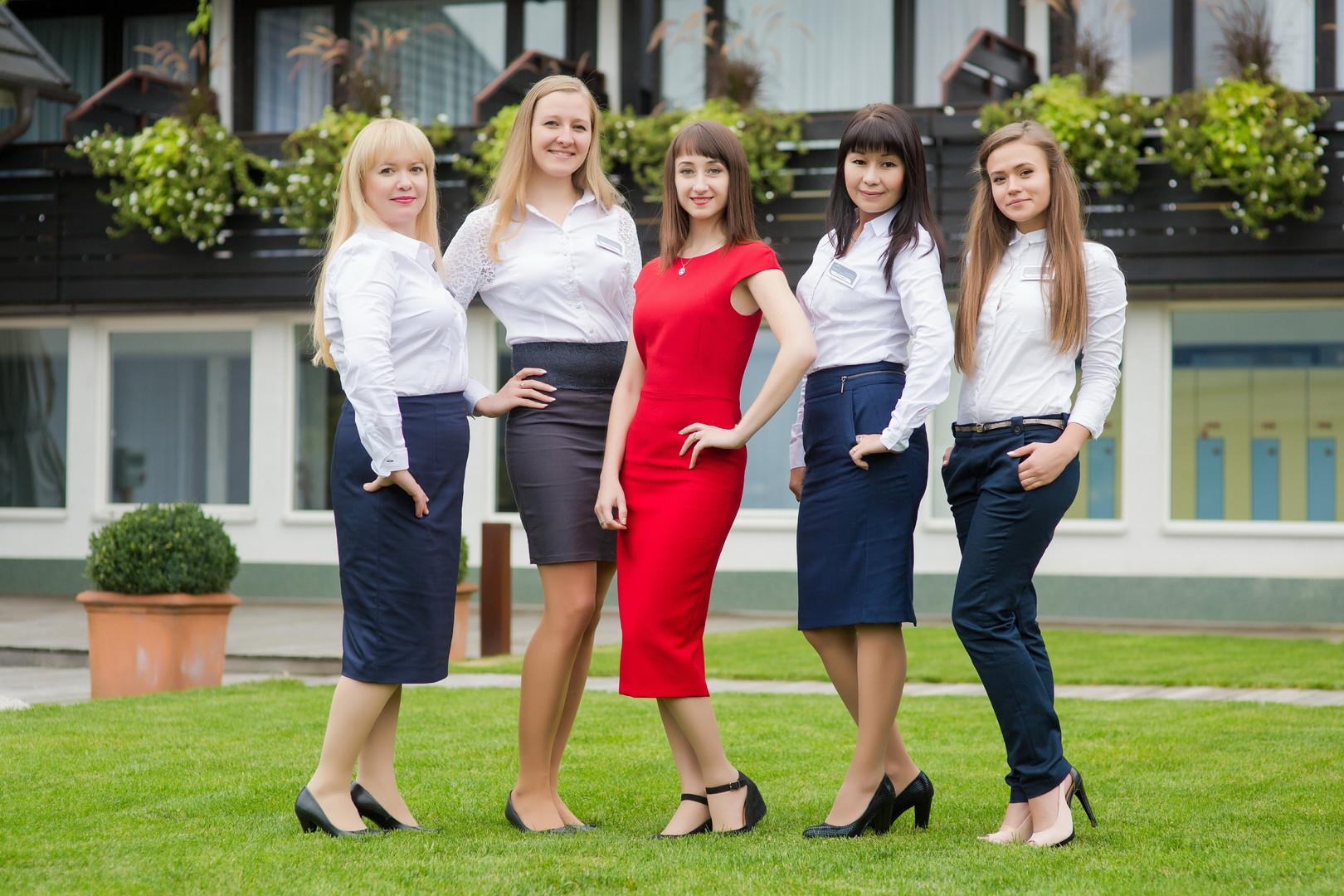 Yulia (na sredini v rdečem) z ekipo.