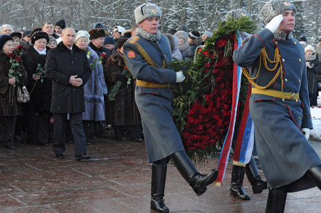 Ruski predsednik Vladimir Putin se je rodil v Leningradu. V času obleganja je umrl majhen otrok, ki je bil njegov starejši brat. Putina vidimo tukaj med polaganjem venca na Piskarjovskem spominskem grobišču.