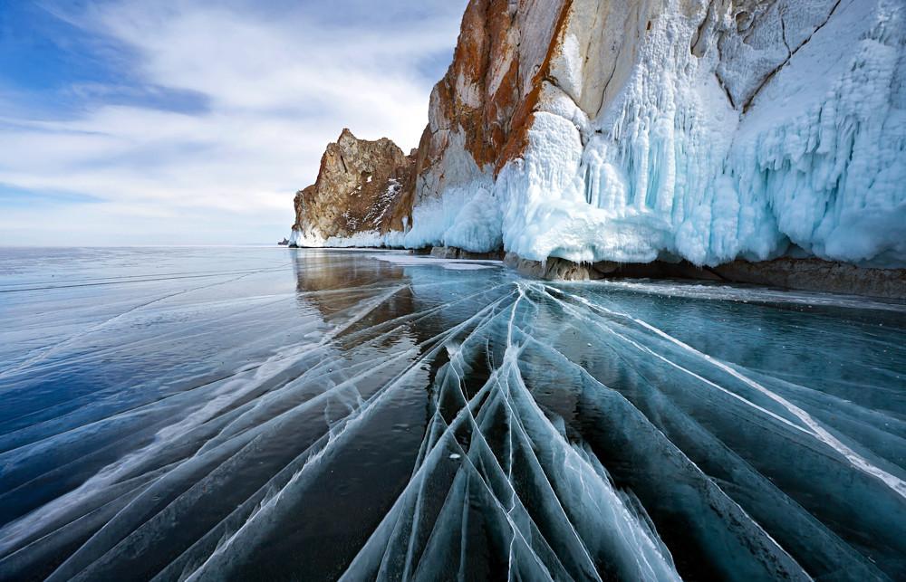 Le lac Baïkal couvert de glace.