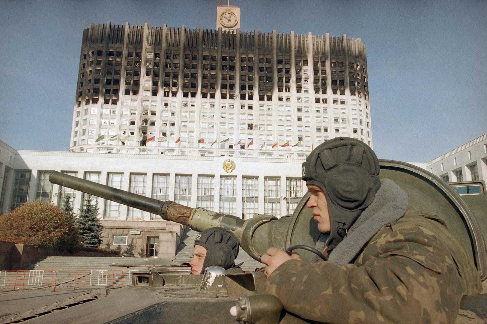 Руски војници у тенку испред зграде руског парламента у Москви. 6. октобар 1993.