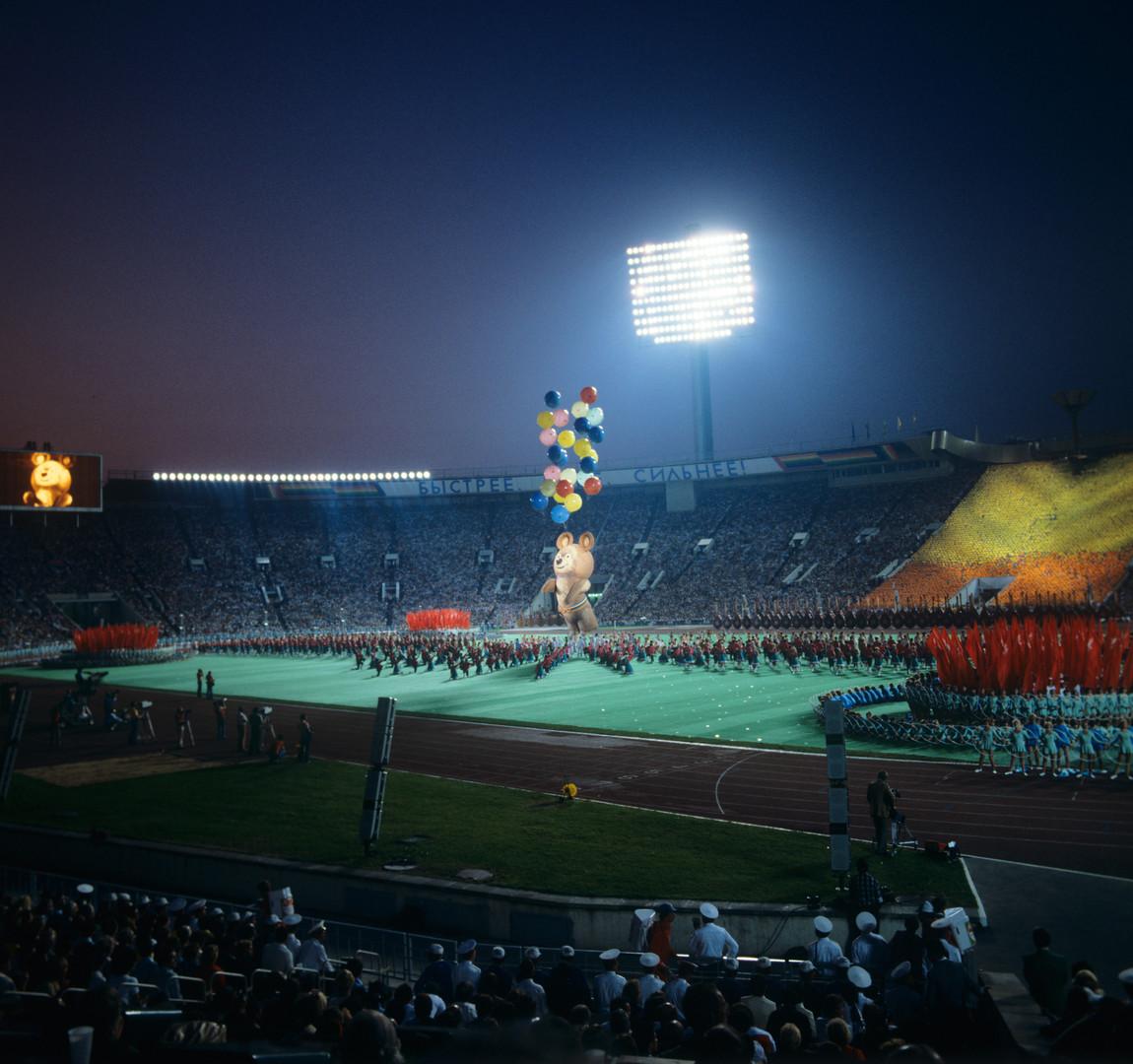 Олимпијска маскота Миша узлеће на небо на церемонији затварања Олимпијских игара у Москви.