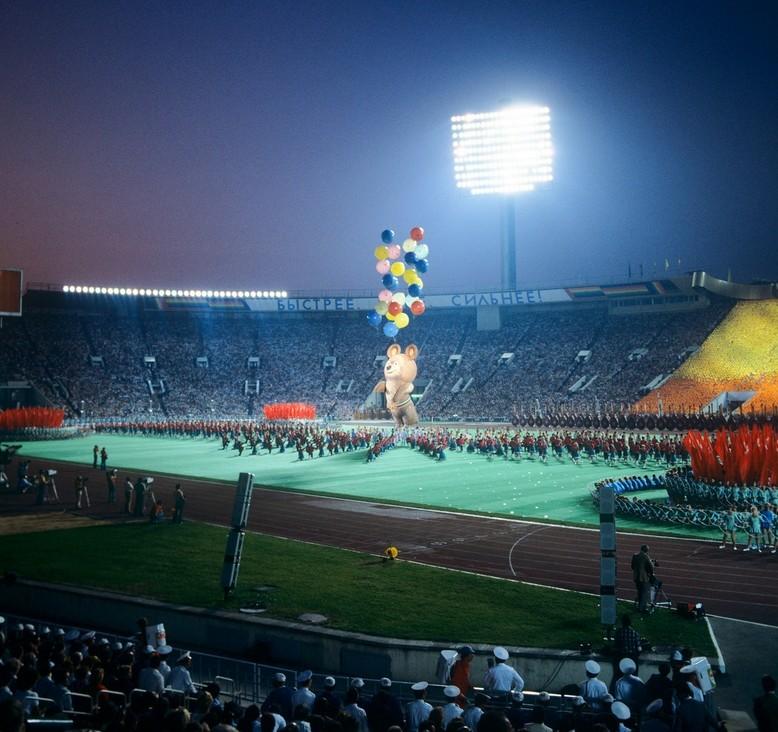Olimpijska maskota Miška (medved) leti v nebo med zaključno slovesnostjo moskovske olimpijade.