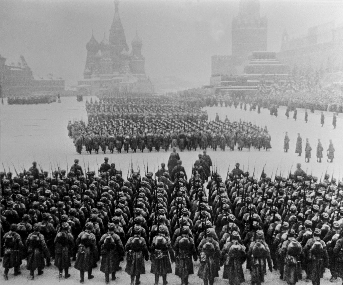 7 ноември 1941. Советска војска маршира кон линијата на фронтот