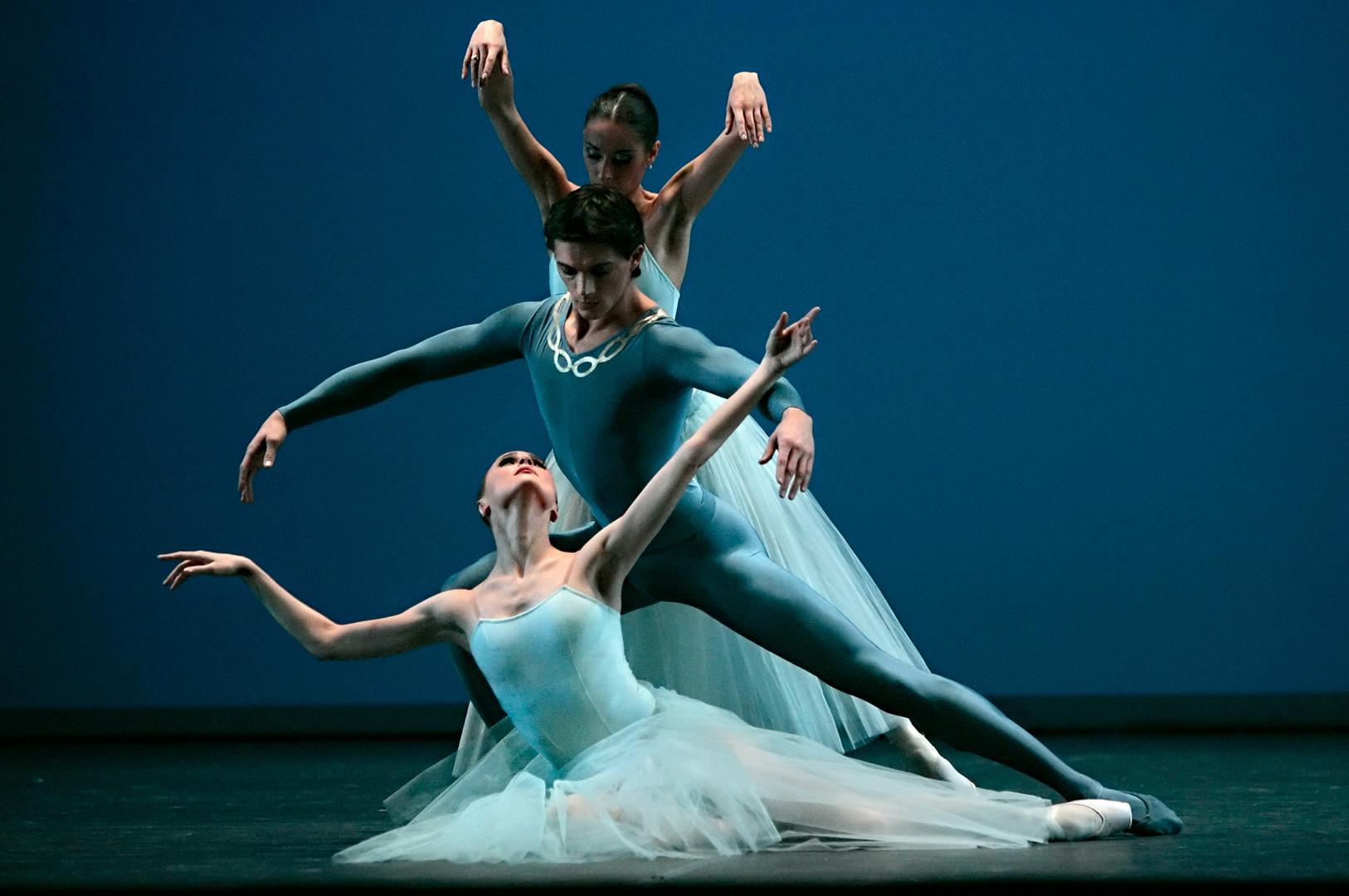 """Il balletto in un solo atto """"Serenade"""", coreografia di George Balanchine, al Teatro Bolshoj di Mosca, febbraio 2017"""