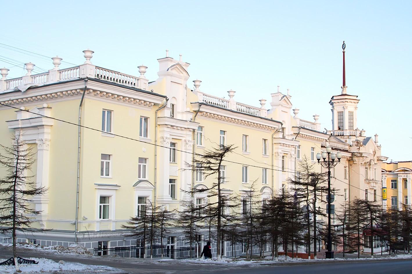 Stavba s koničastim zvonikom na glavni ulici Magadana, 19. december 2014.