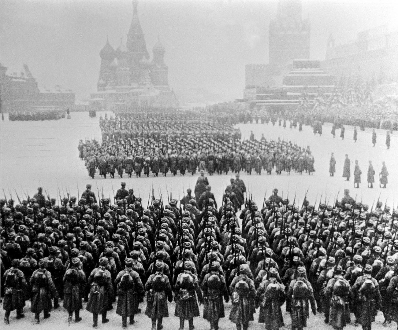 Truppe sovietiche in Piazza Rossa si preparano a marciare verso la linea del fronte, 7 novembre 1941