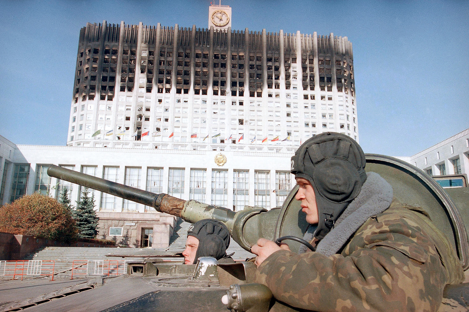 Militari davanti alla Casa Bianca di Mosca, 6 ottobre 1993