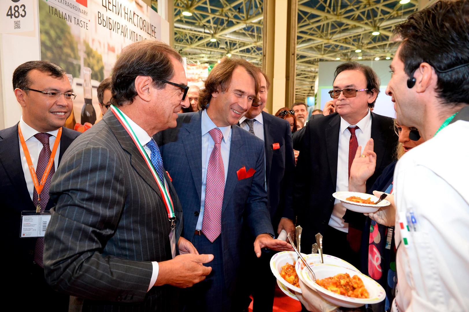 Il direttore dell'Ice Pier Paolo Celeste (il secondo da sinistra) nel padiglione italiano della fiera