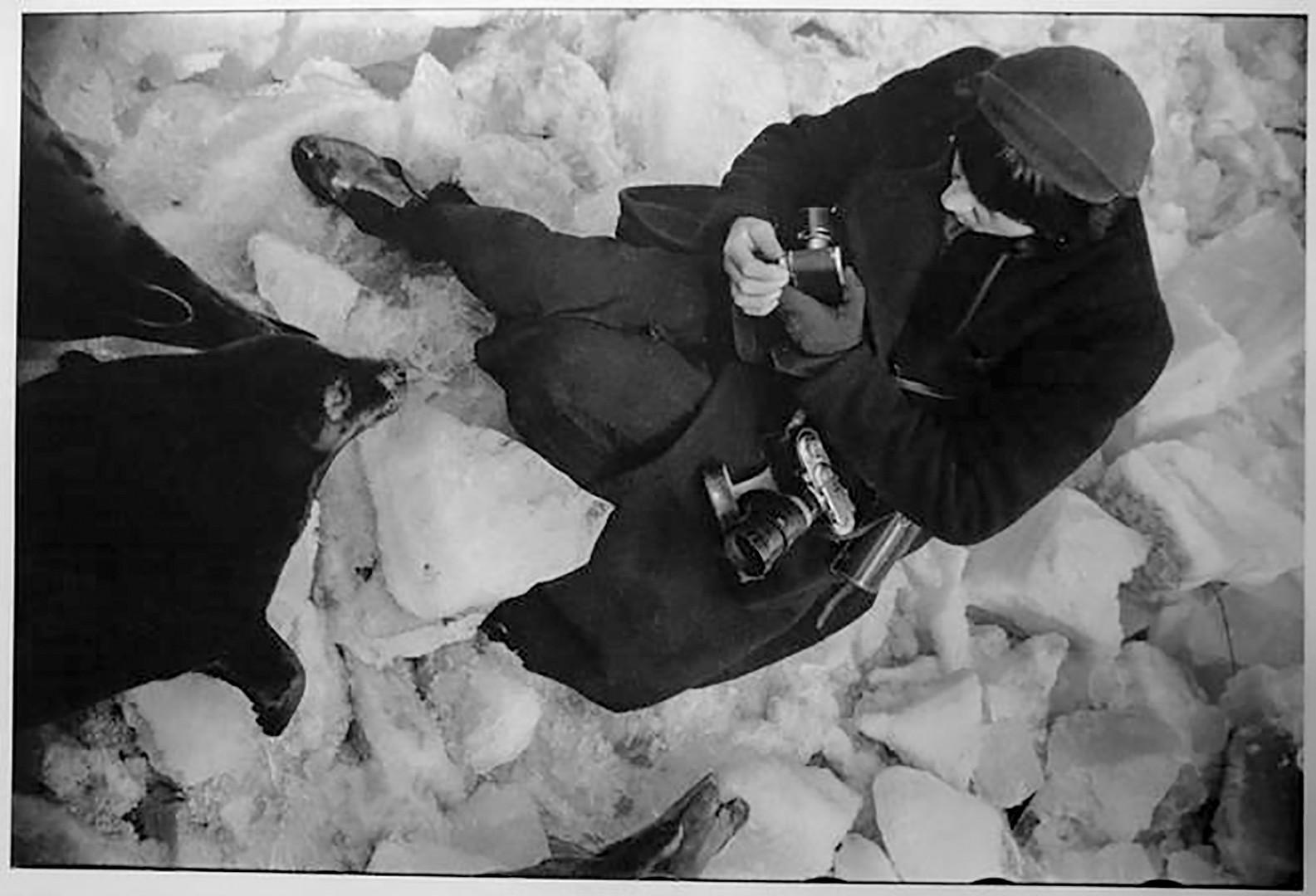 Фоторепортерът Елизавета Игнатович на фотосесия в Московския зоопарк 1934 г.