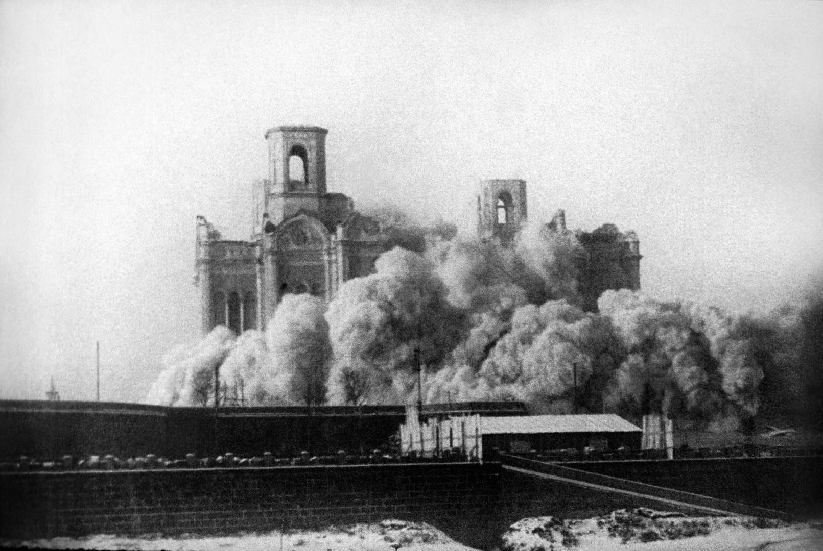 """""""На 5 декември 1931 силни експлозии, од кои се тресеа околните згради, го срушија храмот""""."""