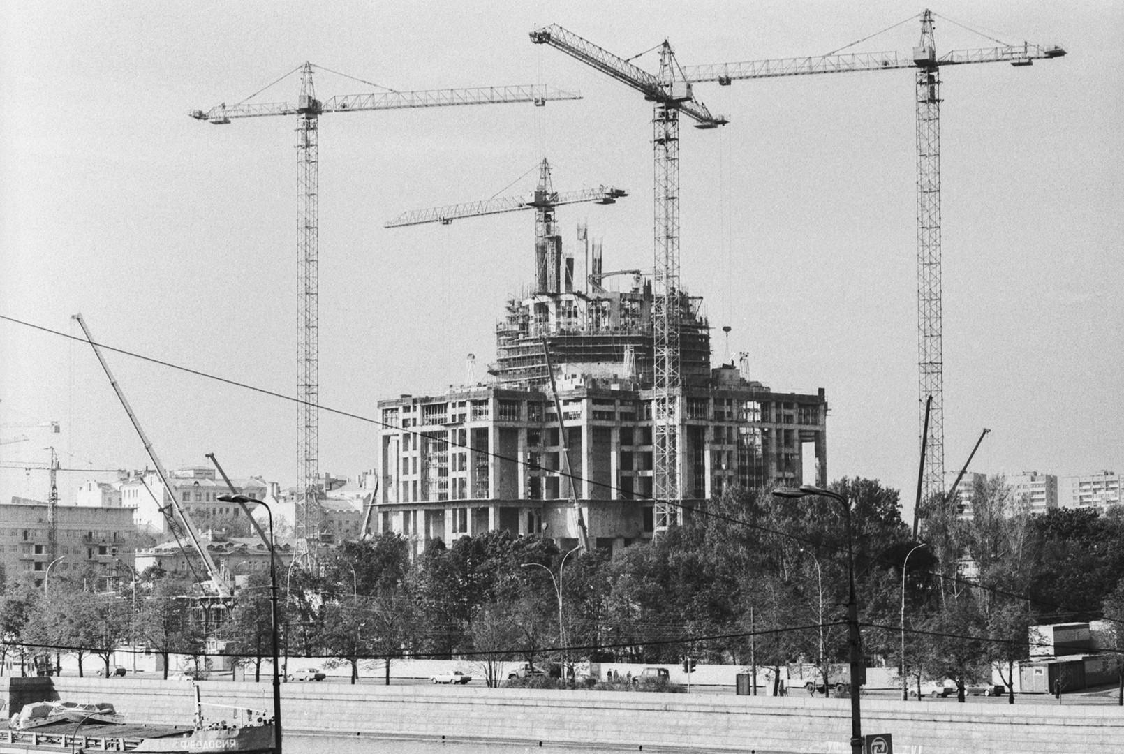 """""""Наместо тоа, на местото на изградбата е пуштен во работа најголемиот отворен базен на светот""""."""