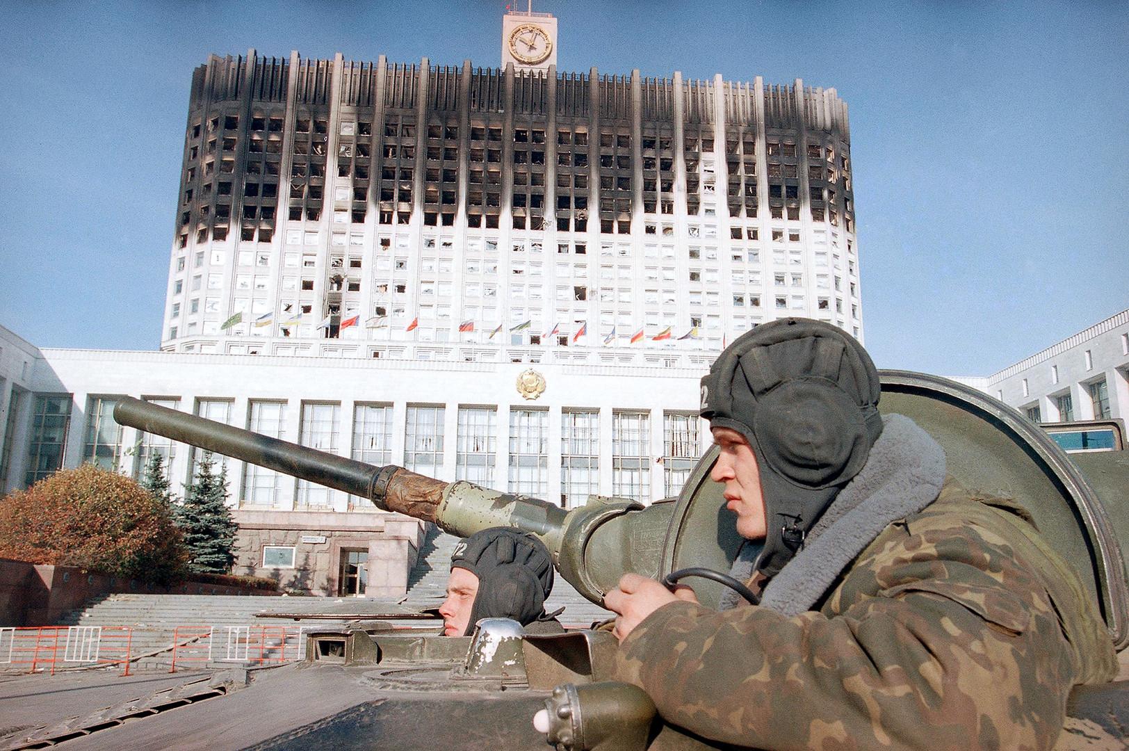 Los soldados rusos en el tanque cerca del Parlamento ruso en Moscú, 1993.